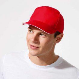 hombre con gorra deportiva de color rojo y color blanco en el frontal de la visera