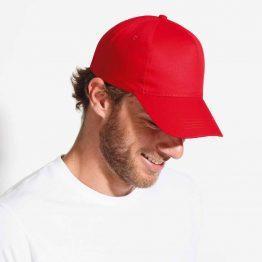 hombre con gorra online de color rojo