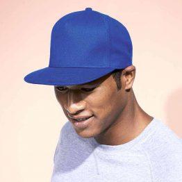 hombre con gorra snapback de color azul