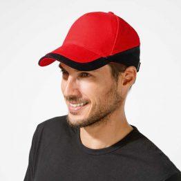 hombre con gorra trabajo de colores rojo y negro