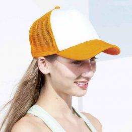 mujer con gorra trucker de colores blanco y naranja