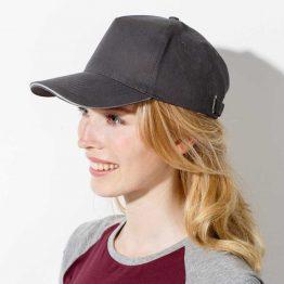 mujer con gorra logo de color gris oscuro y gris claro en el filo frontal de la visera