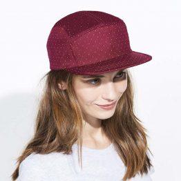 mujer con gorra mujer de color borgoña y lunares blancos