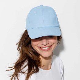 mujer con gorra tienda de color azul cielo