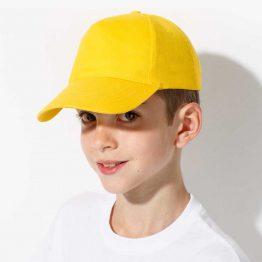 niño con gorra para niño de color amarilla