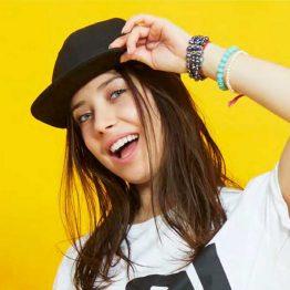 mujer con una gorra de color negro para personalizar
