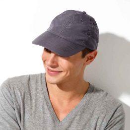 hombre con una gorra personalizada online de color gris oscuro