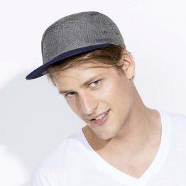 chico con gorra plana personalizada de color antracita mezcla y french marino en la visera