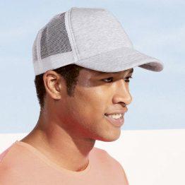 hombre con una gorra promocional