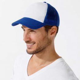 hombre con una de las gorras rejilla de color azul y blanco
