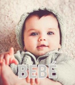 """bebé con ropa de nuestra tienda de prendas online con la palabra """"bebé"""""""