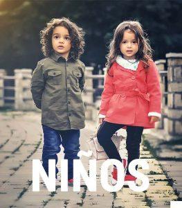 """dos niños con unos abrigos de la tienda de ropa online con la palabra """"niños"""""""